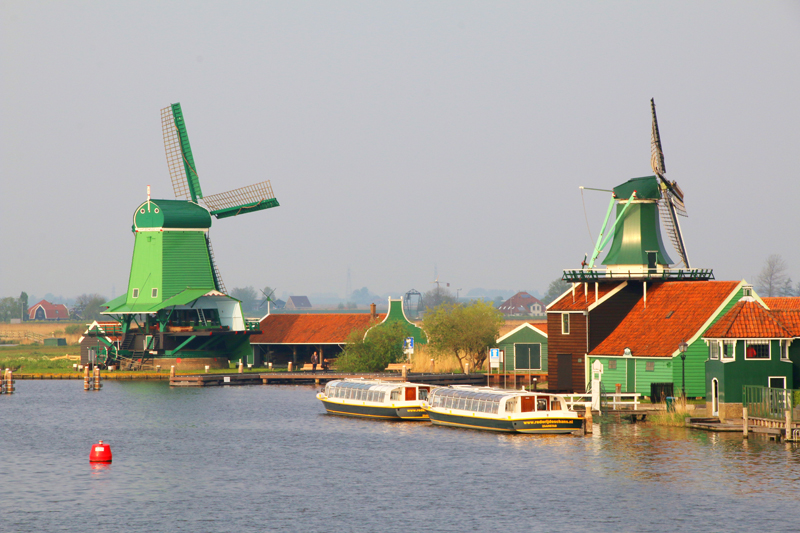 De Zaanse Schans, an area with typical traditional Dutch mills and houses, will be visited on Monday 18 May, the Dutch Folklore tour! Photo: Frans Sellies