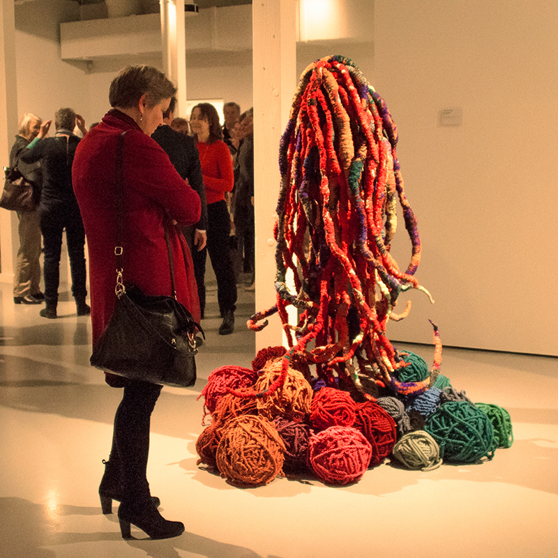 """Visitor in front of the sculpture """"Wild Ropes"""", 2013; synthetic fibers, linen and wool"""