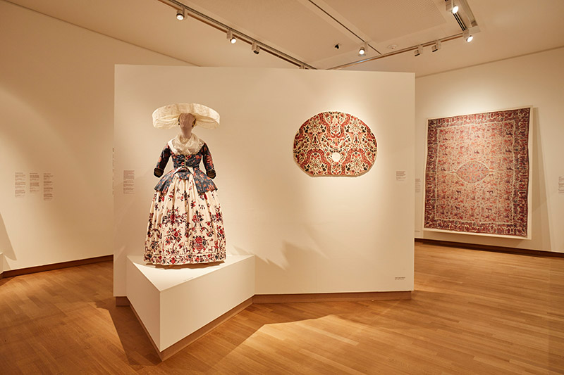 Chintz, Cotton in Bloom, with sun hat and palempore in the Fries Museum; Leeuwarden; photo - Erikjan Koopmans